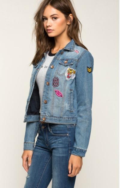 Jachete de blugi: Geaca scurta cu insigne