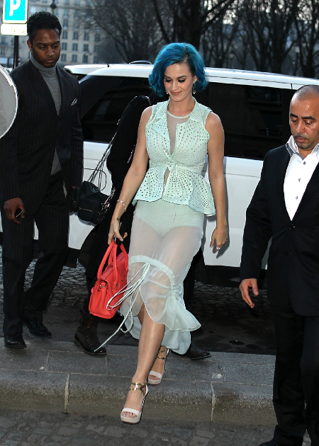Katy Perry, fara fusta la Paris Fashion Week