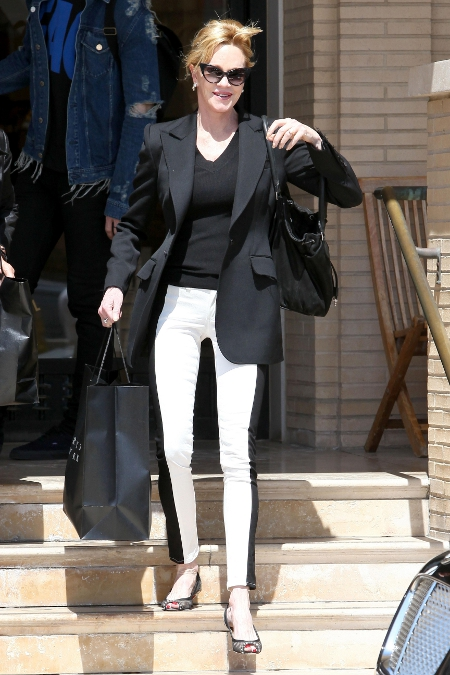 Melanie Griffith poarta pantaloni cu iluzie optica