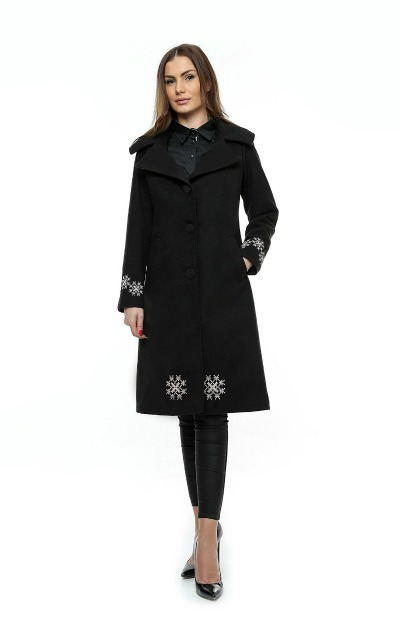 Paltoane lungi: palton negru cu broderie