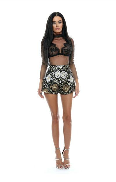 Outfit pentru Revelion: Pantaloni scurti cu paiete si bustiera din dantela