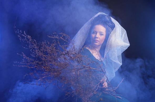 femeie in costum medieval