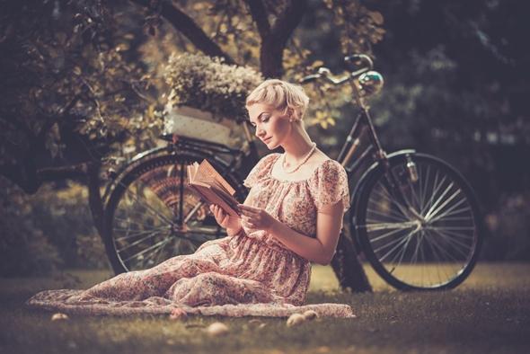 femeie cu carte