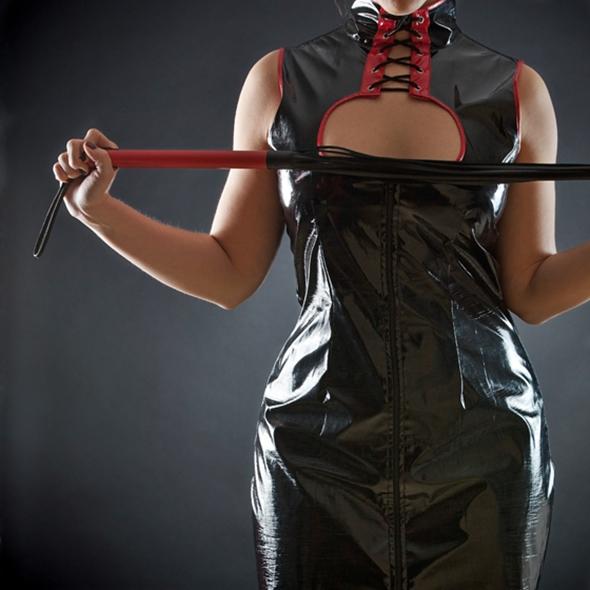 femeie cu bici si corset