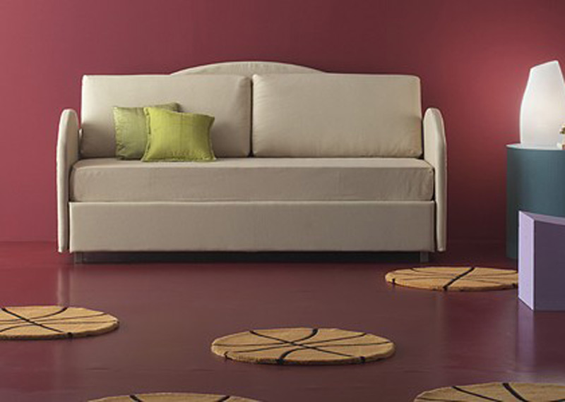 O canapea extensibila cu doua locuri. Imbracata intr-un material