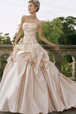 50 cele mai frumoase rochii de mirese stil printesa din colectiile 2010/2011 - Rochie de mireasa stil printesa disponibila in Magazinele Avangarde - Slide 1 din 50