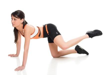 6 exercitii simple pentru un fundulet obraznic - Exercitiul Balama  Va asezati in pozitie ca in imagine, cu genunchii - Slide 1 din 6