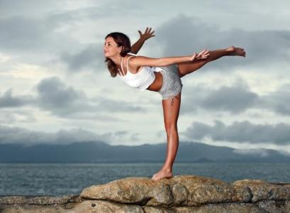 10 exercitii simple pentru a scapa de aripioare! - Cumpana  Acest exercitiu iti intareste musculatura coloanei vertebrale - Slide 1 din 10