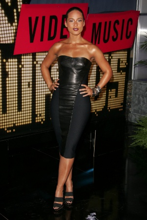 Trend alert: Pielea !!! - Alicia Keys a facut furori cu look-ul de dominatrix la gala MTV Video - Slide 1 din 9