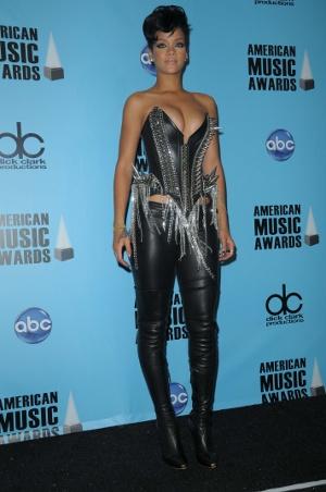 Trend alert: Pielea !!! - Rihanna a ales o costumatie bazata pe piele si metal pentru gala - Slide 2 din 9