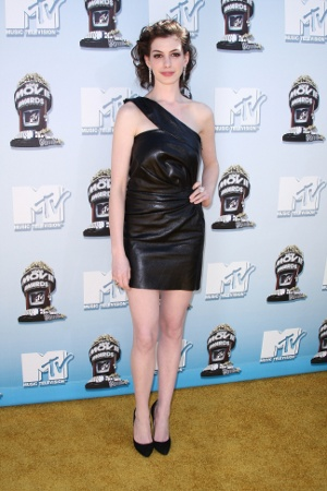 Trend alert: Pielea !!! - Frumoasa Anne Hathaway a calcat pe covorul rosu la gala premiilor - Slide 4 din 9
