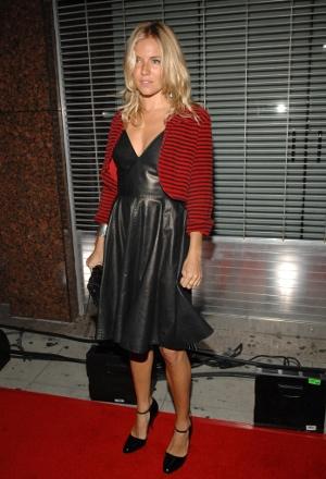 Trend alert: Pielea !!! - Rochia de piele purtata de Sienna Miller la gala premiilor New Musical - Slide 7 din 9