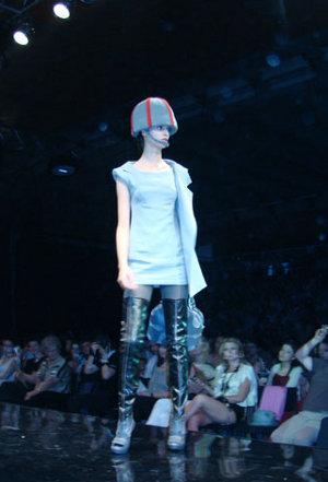 Tendinte toamna-iarna 2010-2011  - Trenduri:  1. Stilul army  Acest stil vestimentar a revenit in - Slide 1 din 6