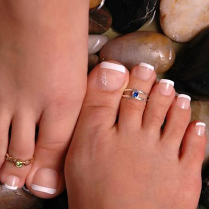 Iti simti picioarele umflate? Afla cauzele si remediile edemelor periferice