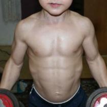 Are 10 ani, dar ridica greutati de la varsta de 2 ani. Cel mai musculos baietel din lume este roman.