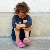 Un barbat a gasit pe strada o fetita cu un bebelus in brate. Ce a urmat? INCREDIBIL
