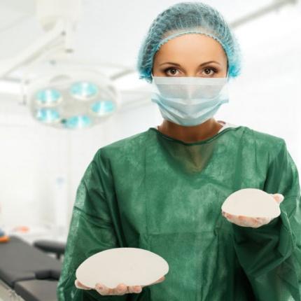 Ce tip de implant mamar aleg: rotund sau anatomic, sub muschi sau deasupra?