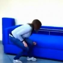 Video: Arata ca o canapea obisnuita. Cand trage de ea, ceva INCREDIBIL se intampla