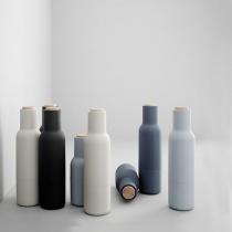 Util in bucatarie: recipiente pentru ulei, sare si piper