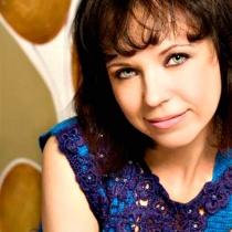 Kinga Varga: 'Hainele colorate alunga tristetea'