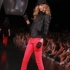Cum se poarta pantalonii in culori neon