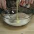 Video: Adauga lapte peste fulgii de cocos. Ce face apoi? DELICIOS!