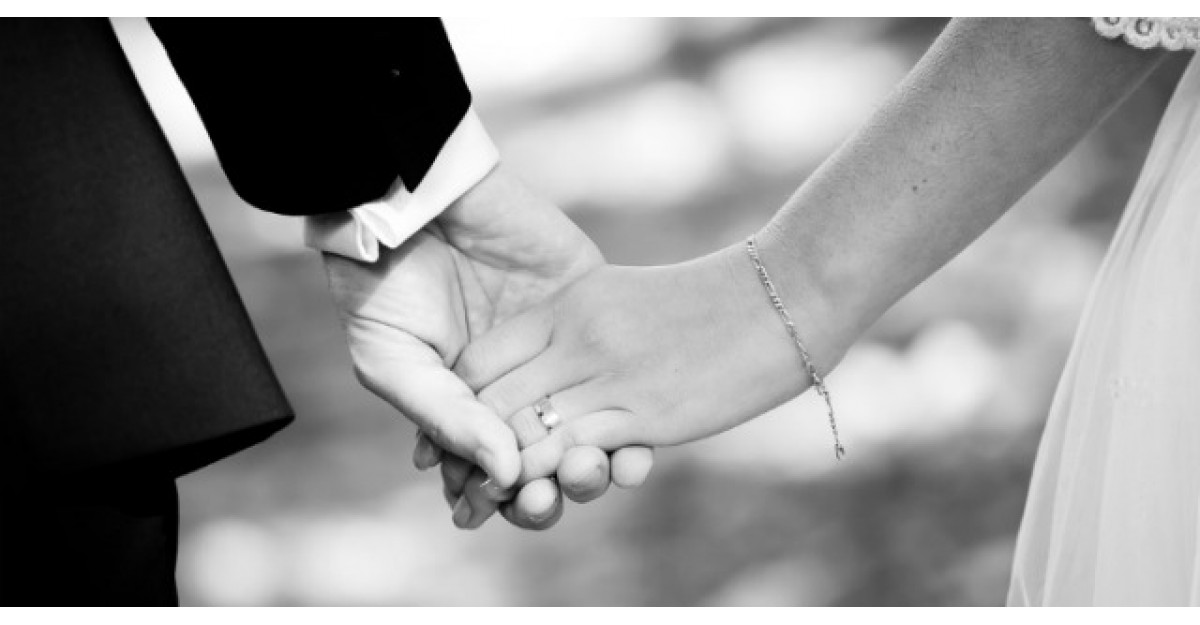 Aceasta tanara a postat pe Facebook o poza cu inelul de logodna. Ce a urmat?