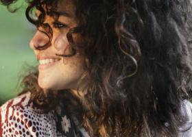 Produse de fixare pentru păr creț: top sfaturi și cele mai bune fixative