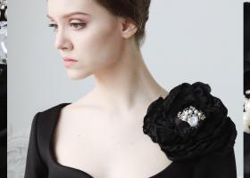 Broșe cu flori mari și alte accesorii masive: cum le porți ca Carrie Bradshaw