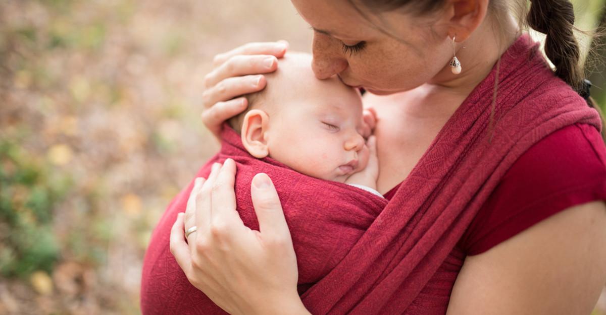 Sisteme de purtare pentru bebeluși: de câte feluri sunt și cum le alegem