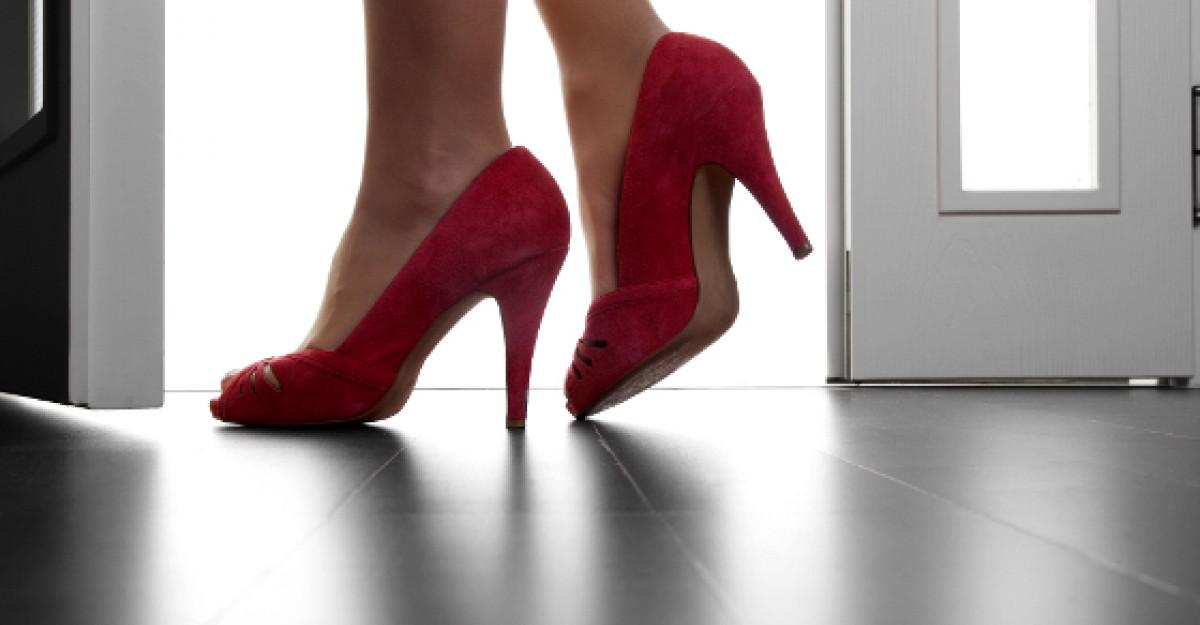 Femeia moderna poarta Martisoarele in picioare