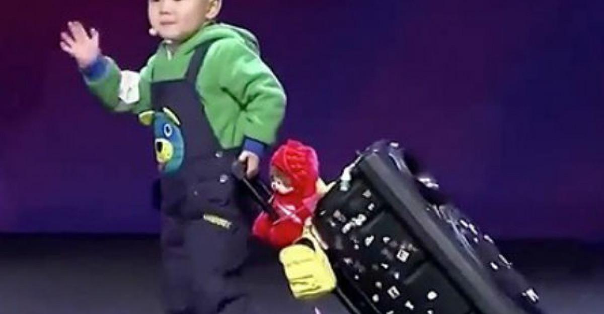 Video: Acest bebelus de doar trei ani a ridicat membrii juriului in picioare
