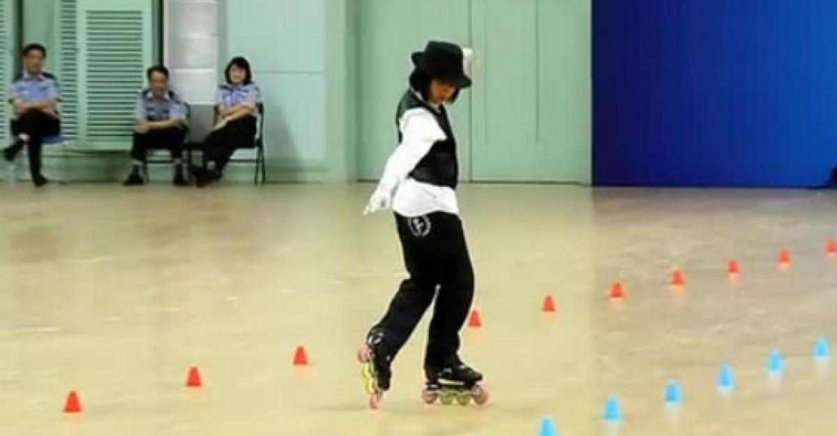 Video: O fetita din China se da pe role mai bine ca oricine! Trebuie sa vezi numarul ei spectaculos