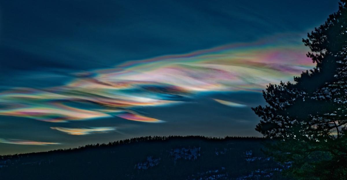 Din minunile naturii: Nori iridiscenti magici s-au înălțat deasupra Munților Altai