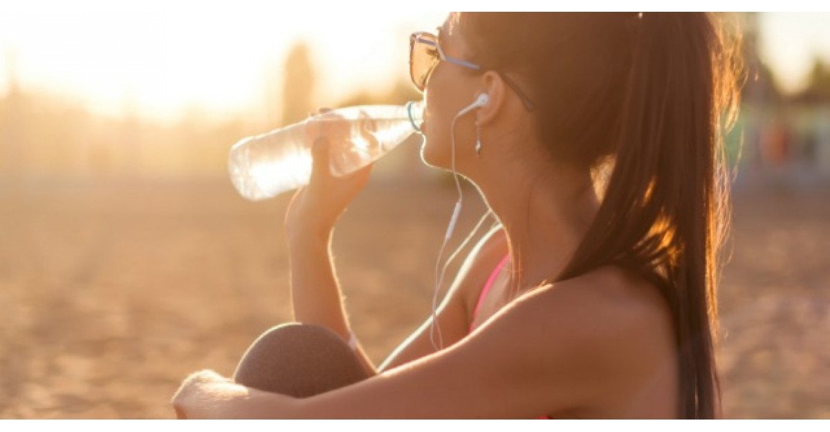 Tu stii cata apa trebuie sa bei? 6 mituri false despre hidratare