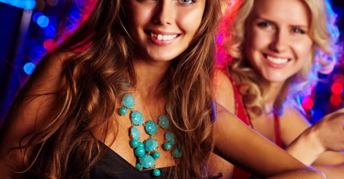 Cum sa porti accesoriile statement. 5 bijuterii must have pentru petrecerile verii