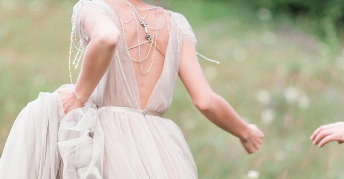 Rochii albe si pantofi pentru o nunta cu buget redus