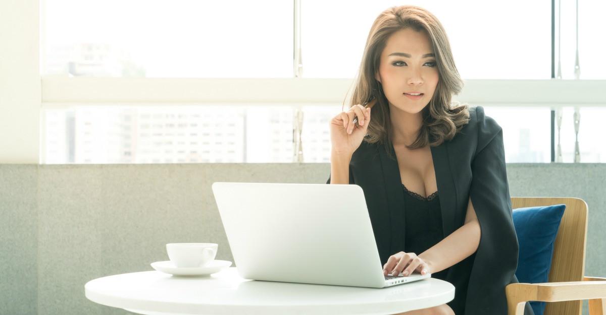 Cum poti fi sexy la birou pastrand decenta
