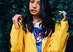 Pelerine de ploaie colorate: jachete impermeabile numai bune