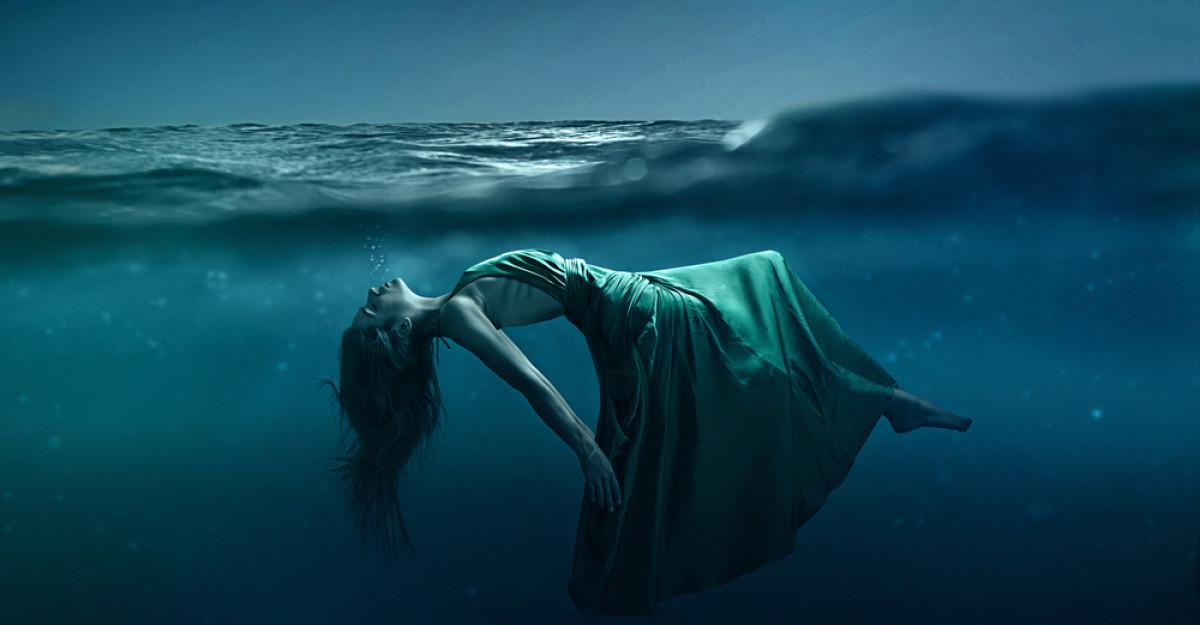 Această tânără stă 6 minute sub apă pentru cel mai frumos dans văzut vreodată