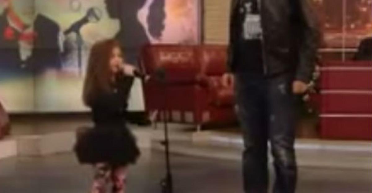 Video: Aceasta fetita canta mai bine decat Beyonce. Unul dintre jurati a crezut ca face Playback si s-a dus langa ea