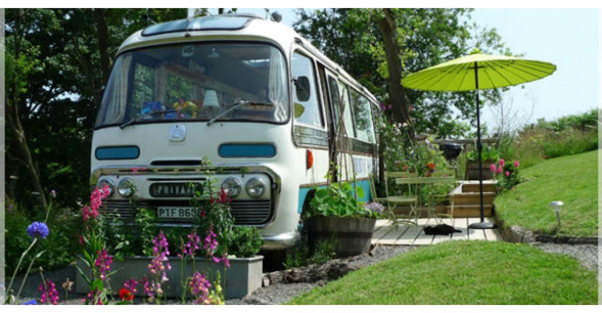 Video: Arata ca un autobuz vechi. Insa uite ce se intampla cand deschide usa