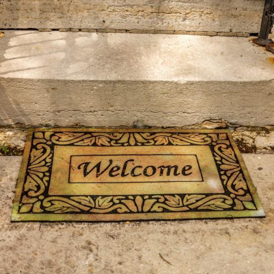 Presuri si covorase de intrare cu mesaje simpatice: un bun venit cu zâmbete