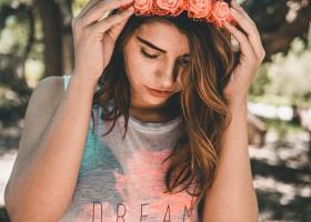 Tricouri simple tinerești: alege cele mai șic tricouri simple de vară