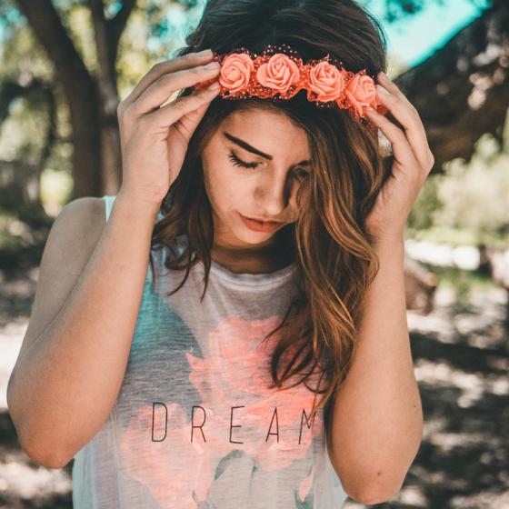 10+ tricouri simple tinerești pentru o ținută urbană