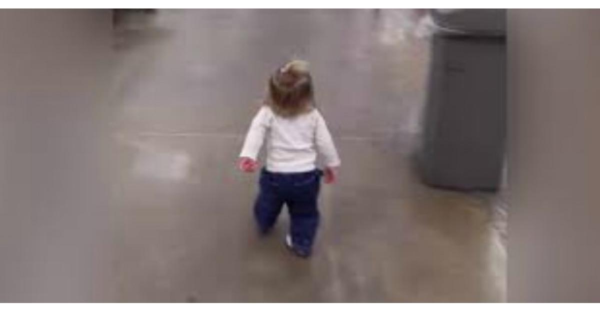 Aceasta fetita intra intr-un supermarket. Cand vei vedea ce urmeaza vei ramane fara cuvinte