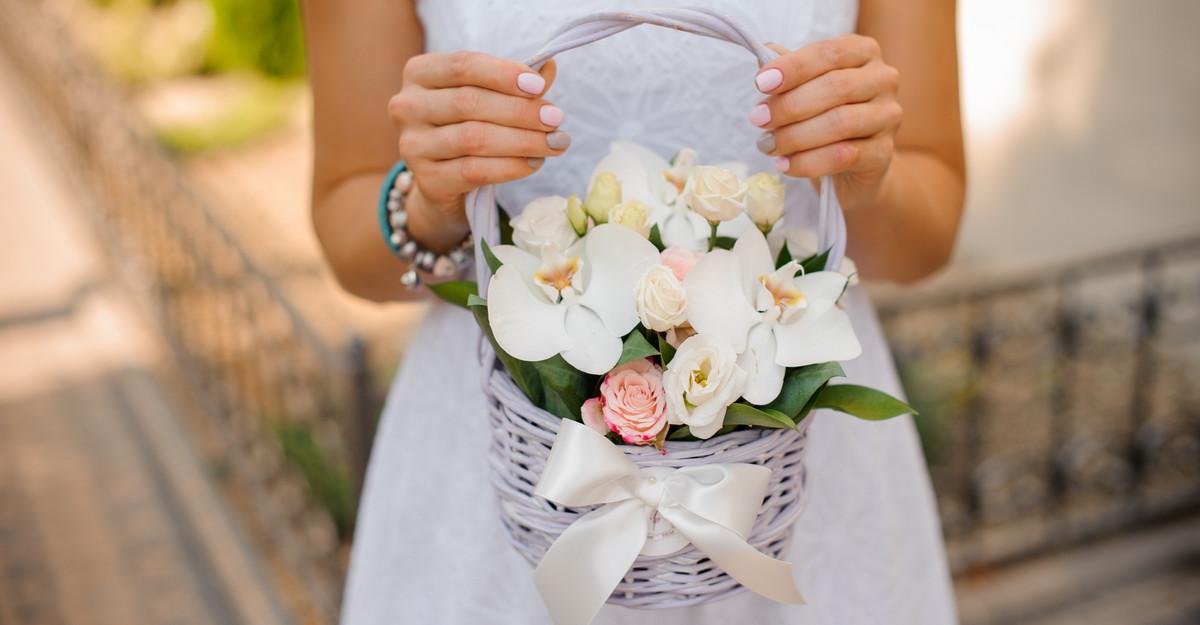 Coșul cu flori: cadoul ideal pentru femeile din viața ta!