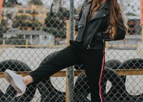 Cum porți pantalonii sport de trening în ținutele tale urbane de zi
