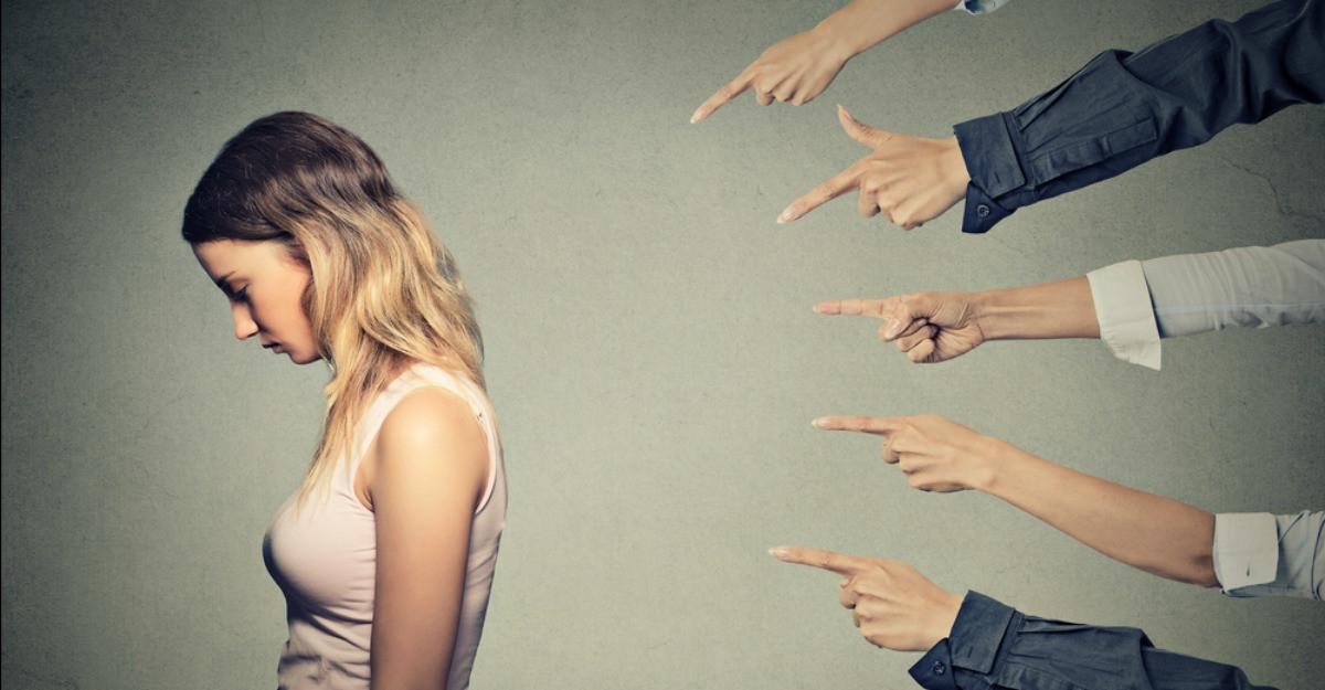 Explicatiile psihologului: Aratatul cu degetul - o epidemie psihologica