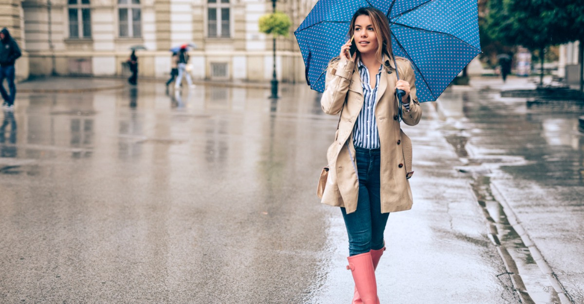 5 piese care nu trebuie să îți lipsească în sezonul ploilor